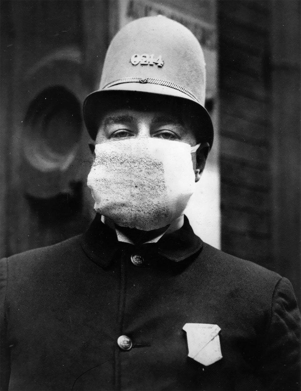 Před španělskou chřipkou se rouškami chránili i policisté.