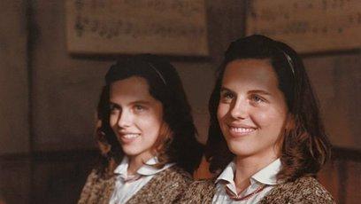Dvojčata Iva Škudrnová a Miroslava Škudrnová jako dvojčata Květa Fabiánová a Růža Fabiánová v Obecné škole.