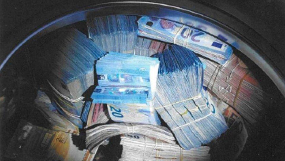 Tuhle fotku zveřejnili policisté, v pračce bylo 350 tisíc eur (přes 9 milionů korun).