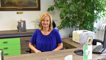 Renata Oulehlová (* 1968) za ANO je od roku 2018 starostkou města Sokolov. Byla u založení prvního dobrovolnického centra v Karlovarském kraji s názvem Střípky, které pomáhá nemocným lidem a seniorům. Je vdaná a má dva syny.