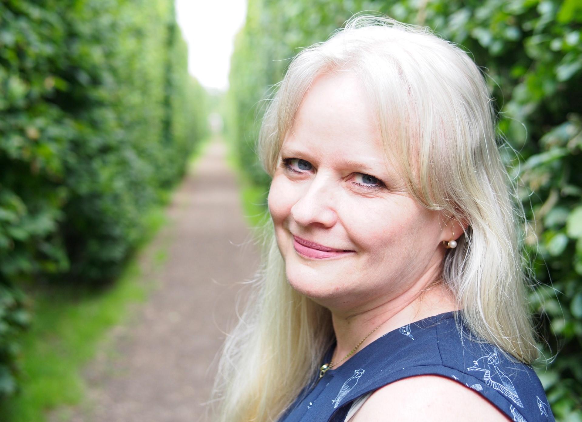 Romana Bělohlávková (* 1965) za KDU-ČSL je dětská lékařka.  S manželem Jaroslavem má tři děti – Anežku, Dalibora a Jaroslava.